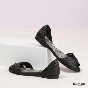 דגם מילה: סנדלים בצבע שחור