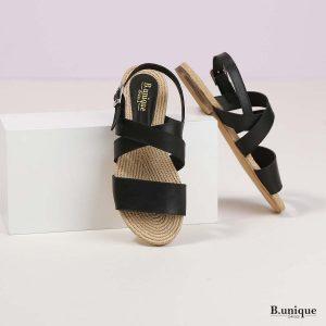 דגם בלונדי: סנדלים בצבע שחור