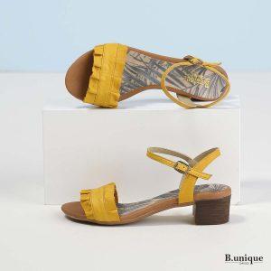 דגם אלה: סנדלים בצבע צהוב
