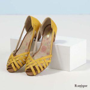 דגם טסה: סנדלים בצבע צהוב