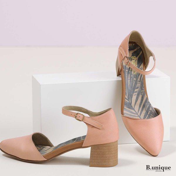 דגם נורה: נעלי עקב בצבע פודרה