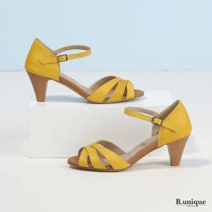 דגם אלכסה: סנדלים בצבע צהוב