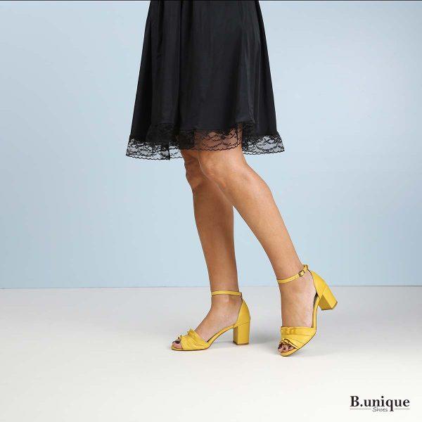 דגם קיאנה: סנדלי עקב בצבע צהוב