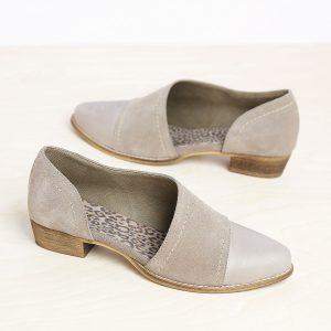דגם וורסאי: נעל עקב אסימטרי בצבע טאופ - B.unique