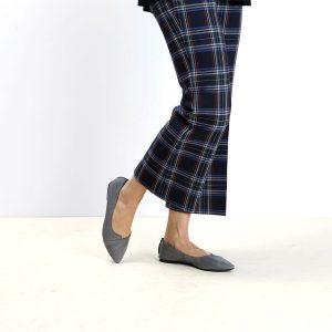 דגם לינדוס: נעלי בובה עם מפתח איקס בצבע אפור -  B.unique