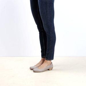 דגם: בוקרשט נעלי בובה לנשים בצבע טאופ - B.unique
