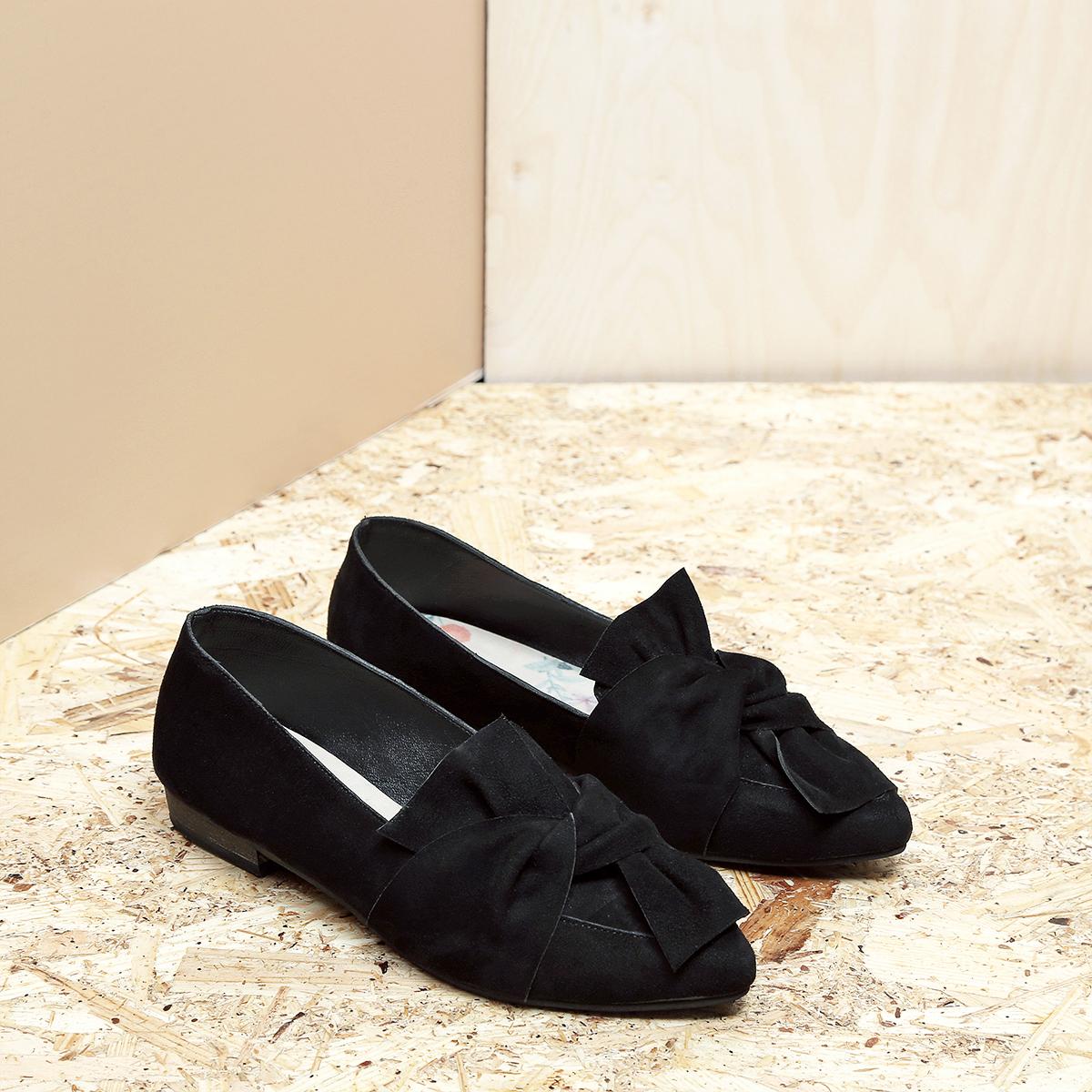 דגם מיקונוס: נעלי זמש בצבע שחור
