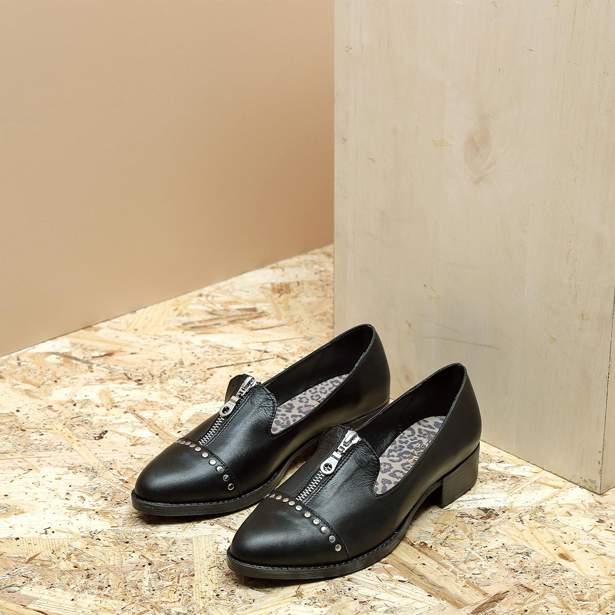 דגם ביל: נעלי אוקספורד לנשים בצבע שחור