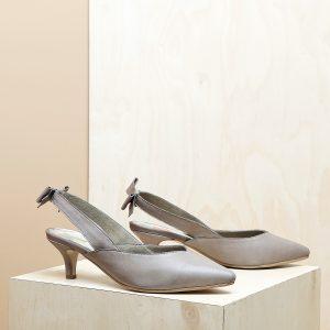 דגם פאפוס: נעלי עקב פיקולו וקשירת פפיון בצבע טאופ - B.unique