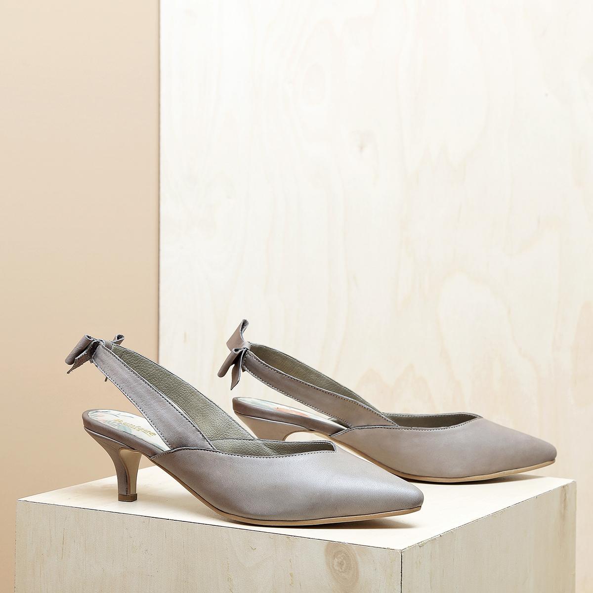 דגם פאפוס: נעלי עקב פיקולו וקשירת פפיון בצבע טאופ