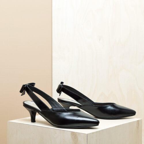 דגם פאפוס: נעלי עקב פיקולו וקשירת פפיון בצבע שחור