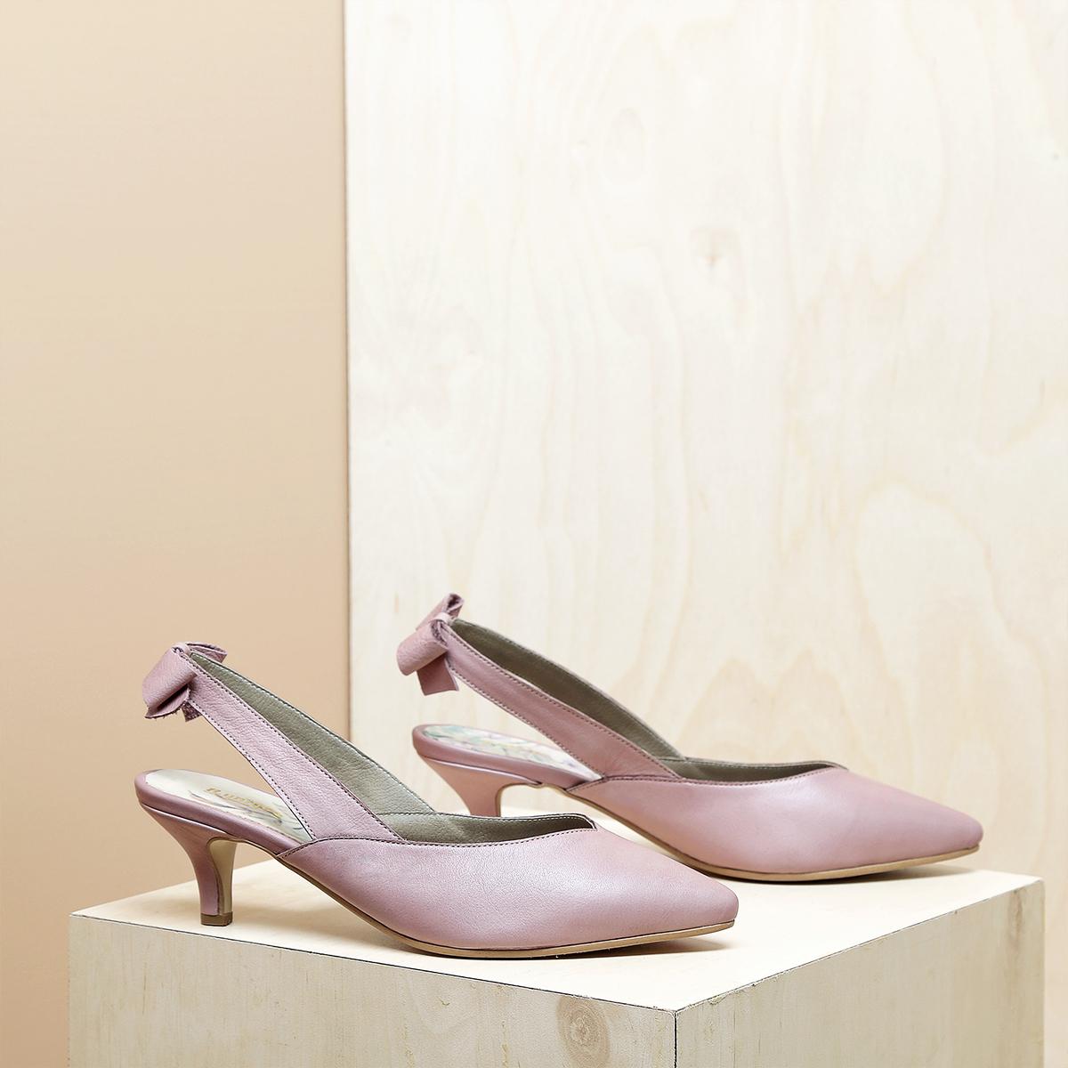 דגם פאפוס: נעלי עקב פיקולו וקשירת פפיון בצבע ורוד