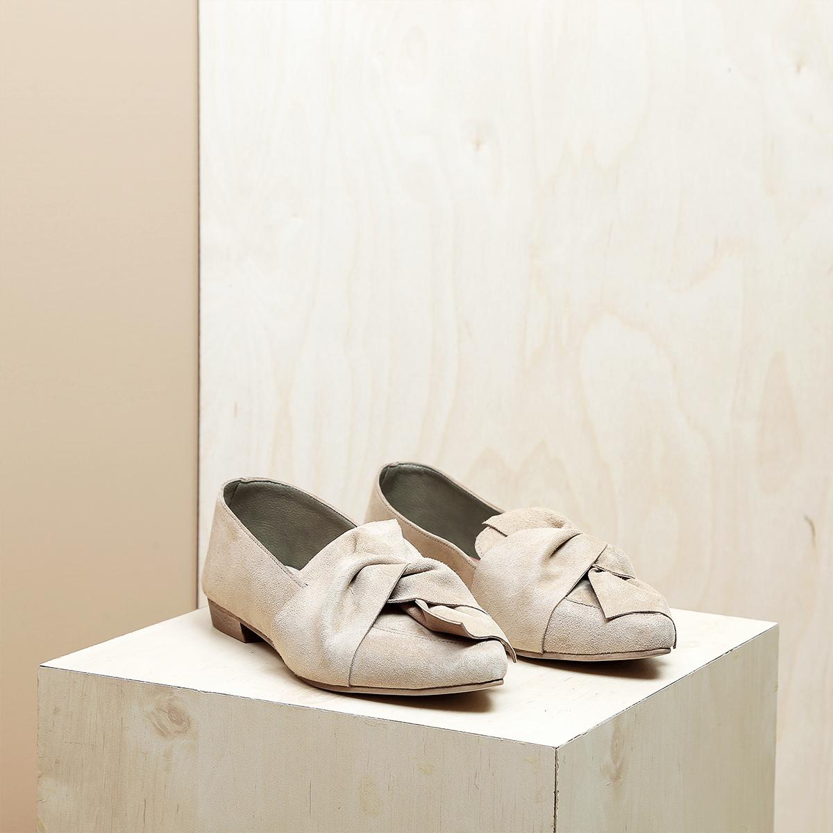 דגם מיקונוס: נעלי זמש בצבע חול