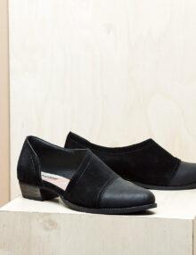 דגם וורסאי: נעל עקב אסימטרי בצבע שחור
