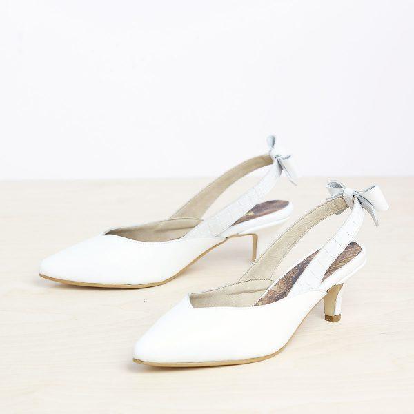 דגם פאפוס: נעלי עקב פיקולו וקשירת פפיון בצבע לבן B.unique