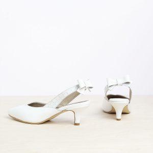 דגם פאפוס: נעלי עקב פיקולו וקשירת פפיון בצבע לבן - B.unique