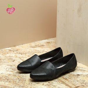 דגם מונטנגרו: נעלי סירה טבעוניות שטוחות בצבע שחור - MIZU