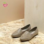 דגם מונטנגרו: נעלי סירה טבעוניות שטוחות בצבע קאמל - MIZU