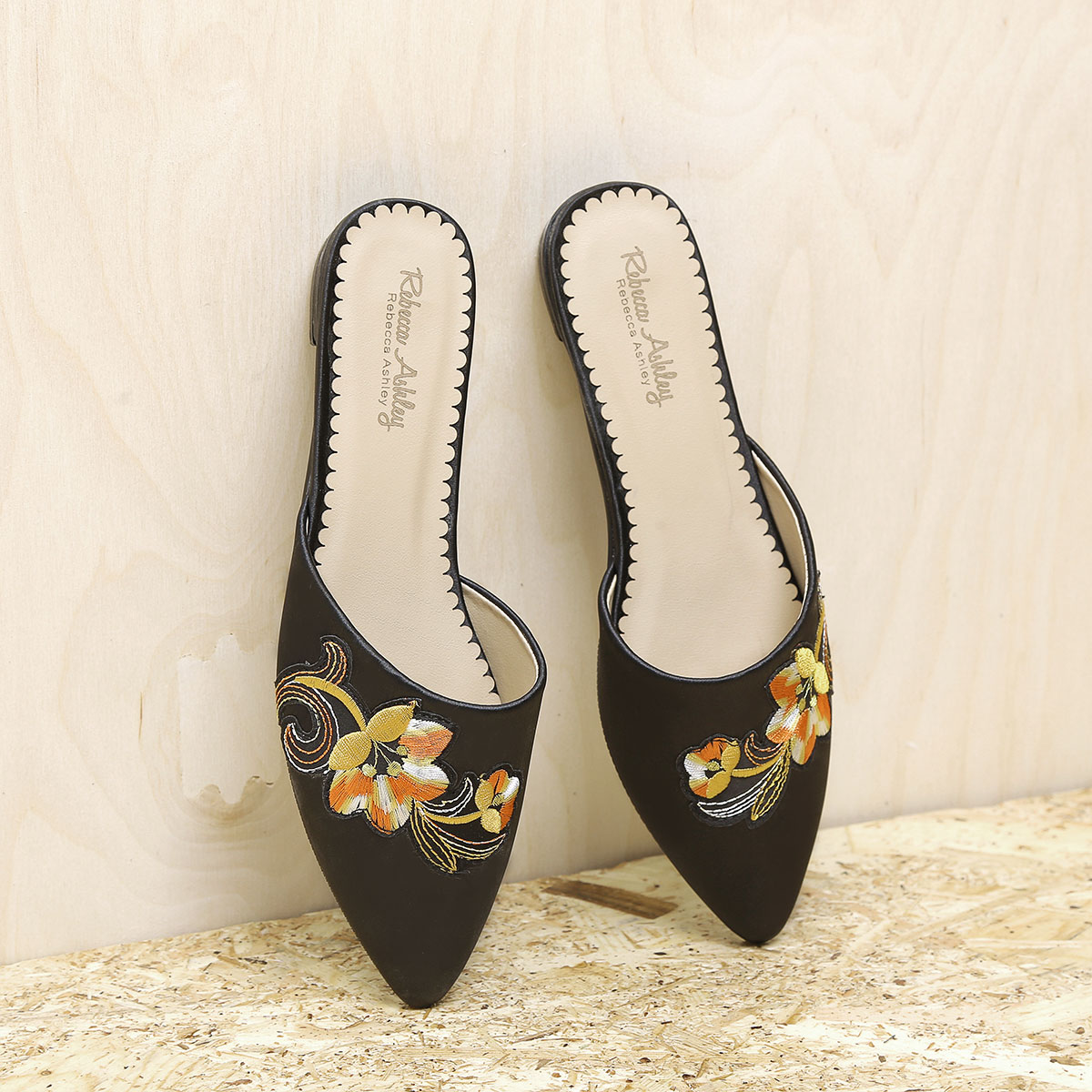 דגם סיאטל: כפכפים מעוצבים לנשים בצבע שחור