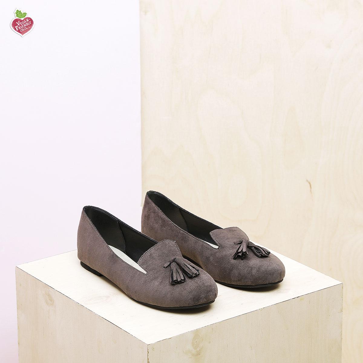 דגם צ'סטר: נעלי בובה טבעוניות בצבע אפור