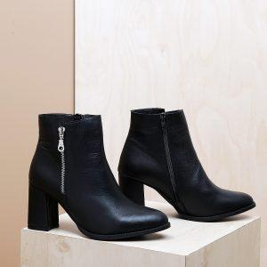 דגם קפרי: מגפונים לנשים בעיטור רוכסן בצבע שחור - B.unique