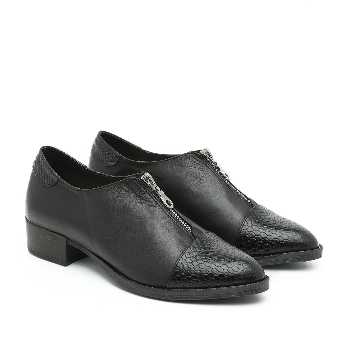 דגם ונקובר: נעליים בצבע שחור מנוחש