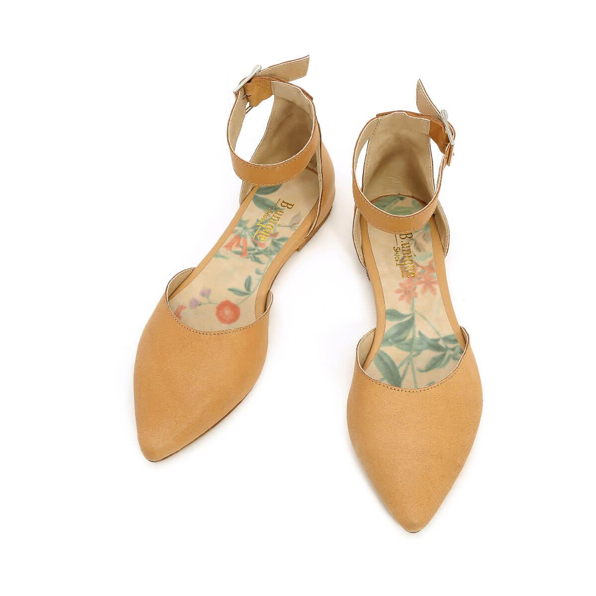 דגם מיקה: סנדלים בצבע קאמל