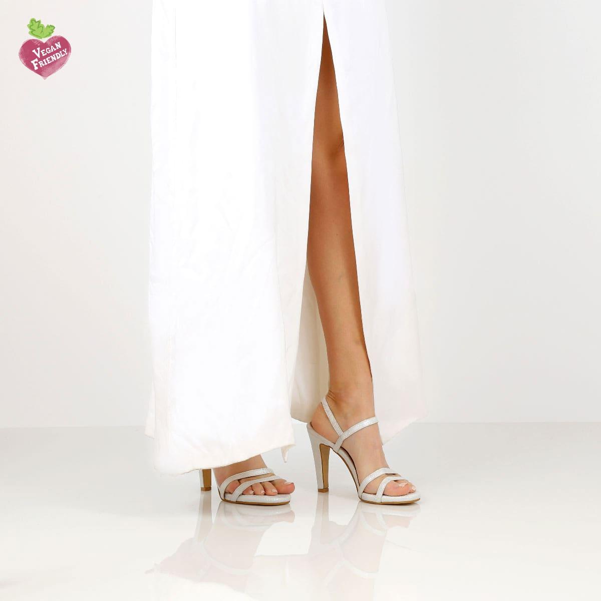 דגם עדן: נעלי עקב טבעוניות בצבע כסף נצנץ