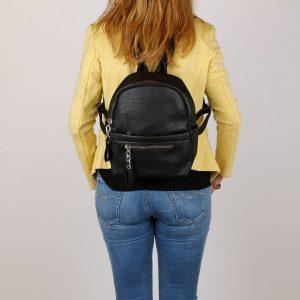 דגם ורוניקה: תיק גב בצבע שחור