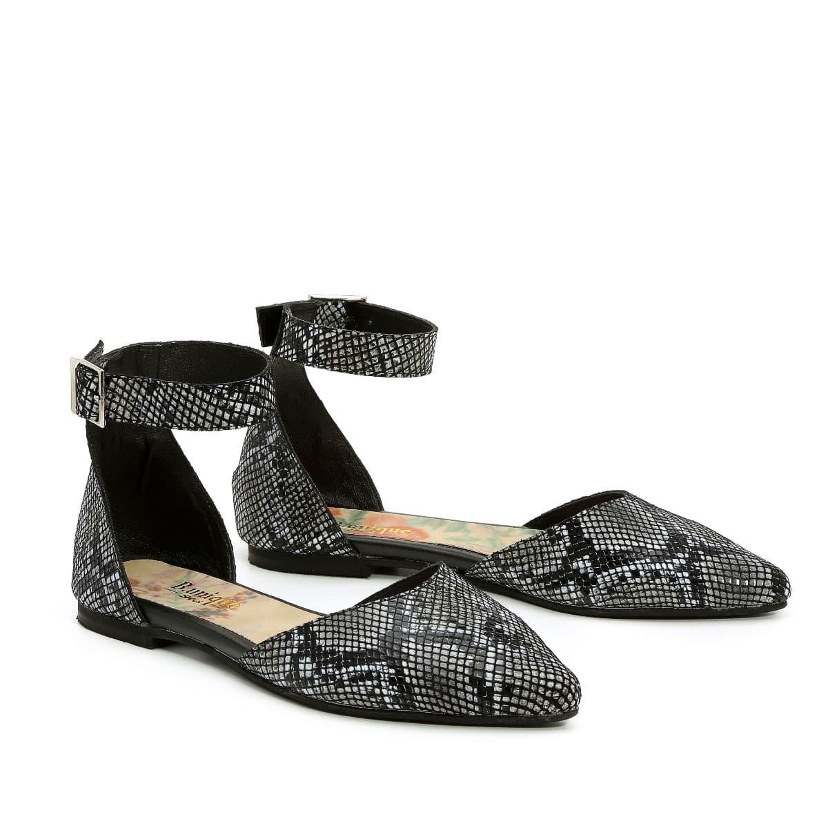 דגם מיקה: סנדלים בצבע שחור מנוחש